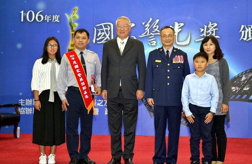 台南市警五分局防治組警務佐鄭嘉德(左二)5年來找到280位失蹤人口,去年獲頒國家...