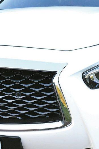 車頭前氣壩造型更熱血動感,強化轎跑車定位。 圖/陳志光、裕隆日產汽車提供