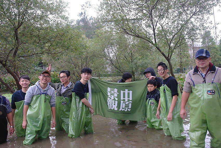 中原大學景觀系帶著當地學童一起重新改造霄裡國小旁的埤塘成為生態池。 中原大學/提...