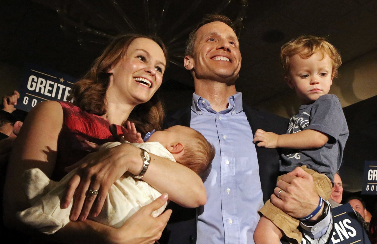 葛瑞坦和妻子奚娜及兩個兒子2016年8月在州長競選活動上的全家福。(美聯社)