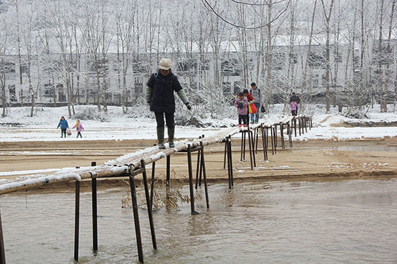 苦孩子! 陝西城固67個娃每天「蕩」過竹橋上學,村民盼架「安全橋」 (中新網)