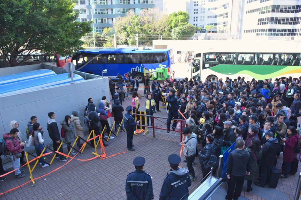 港鐵東鐵昨天在上班時間全線癱瘓逾兩小時,市民在寒風中苦候,怨聲載道。 香港中國通...