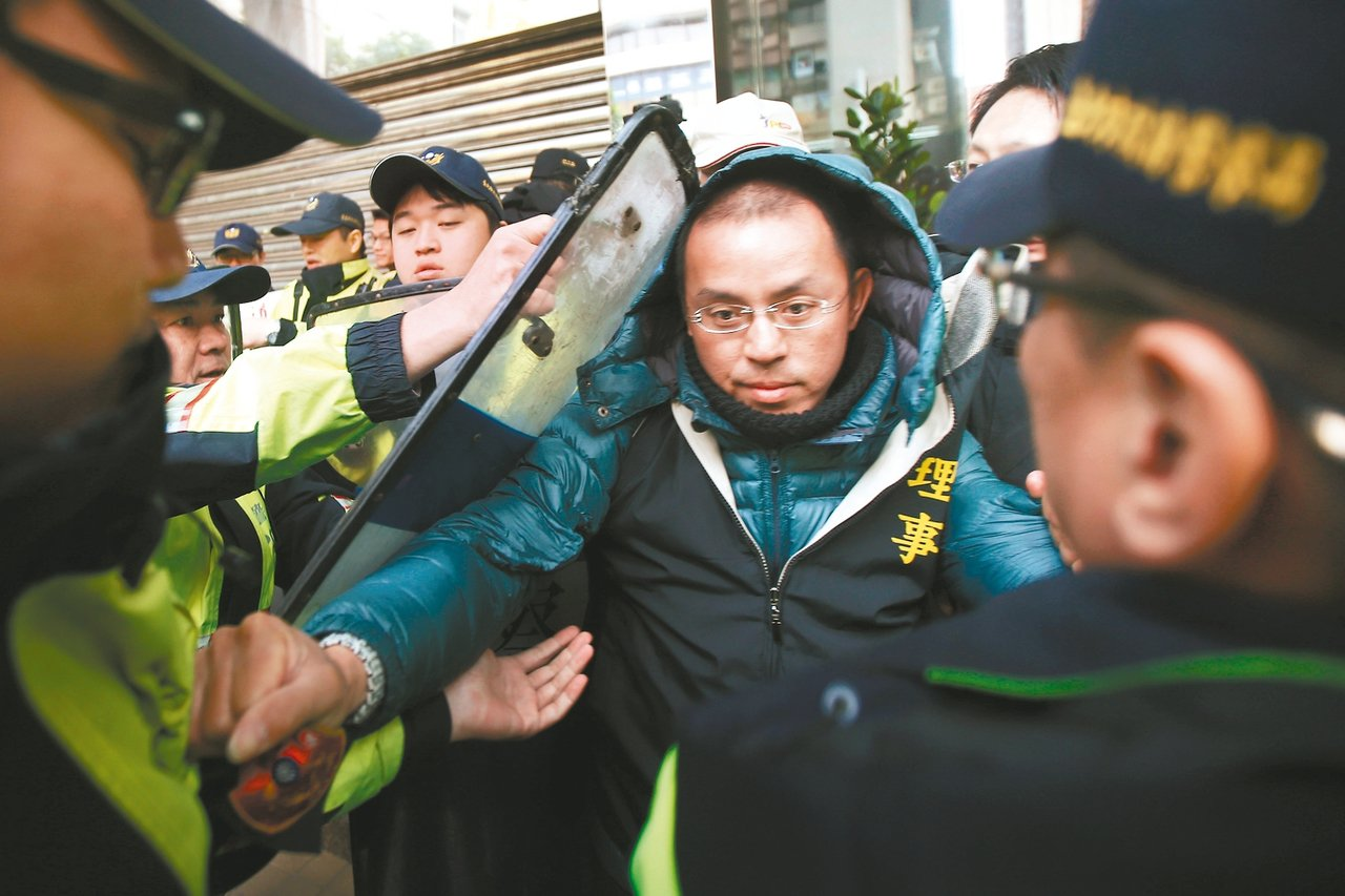 美麗華球場工會員工上午前往勞動部抗議違法解僱,與警方推擠。 記者蘇健忠/攝影