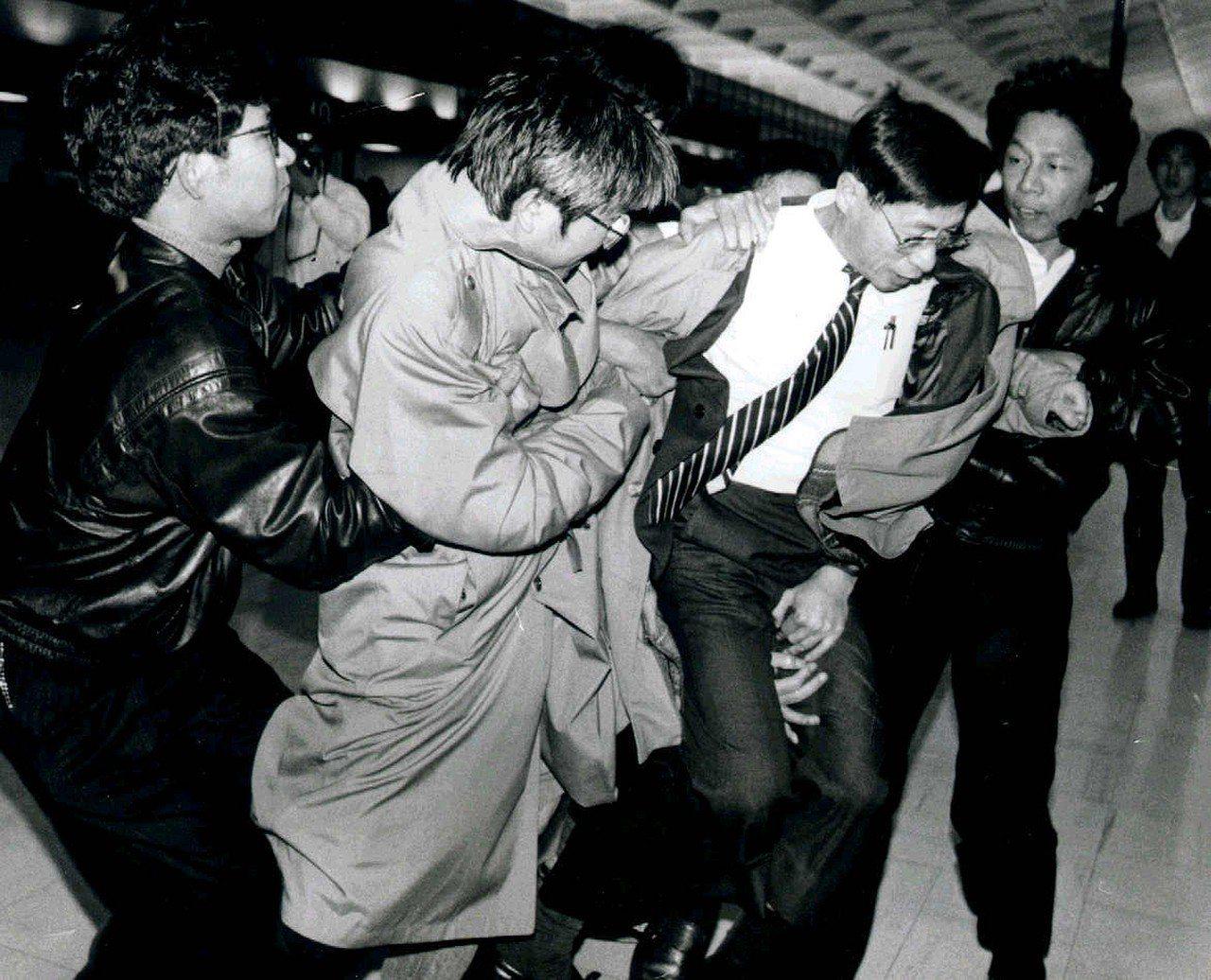 圖為刺蔣案主角鄭自才( 右二)於1991年,被航警人員強制挾上飛機、立委洪奇昌(...