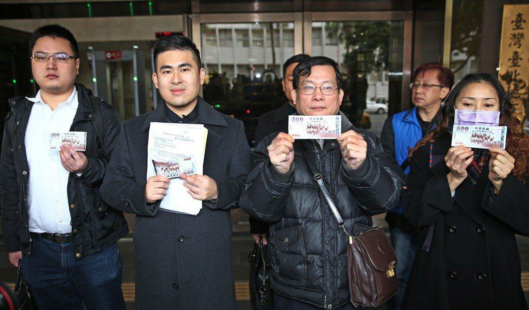 新黨發言人王炳忠(左二)上午與其他幾位在去年1219被調查局搜索並帶回偵訊的證人...