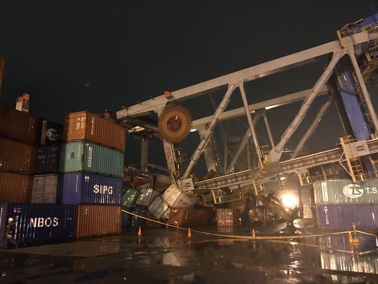 貨輪梅爾斯輪日前靠泊基隆港時撞垮聯興公司所屬橋式起重機,並造成114個貨櫃受損。...