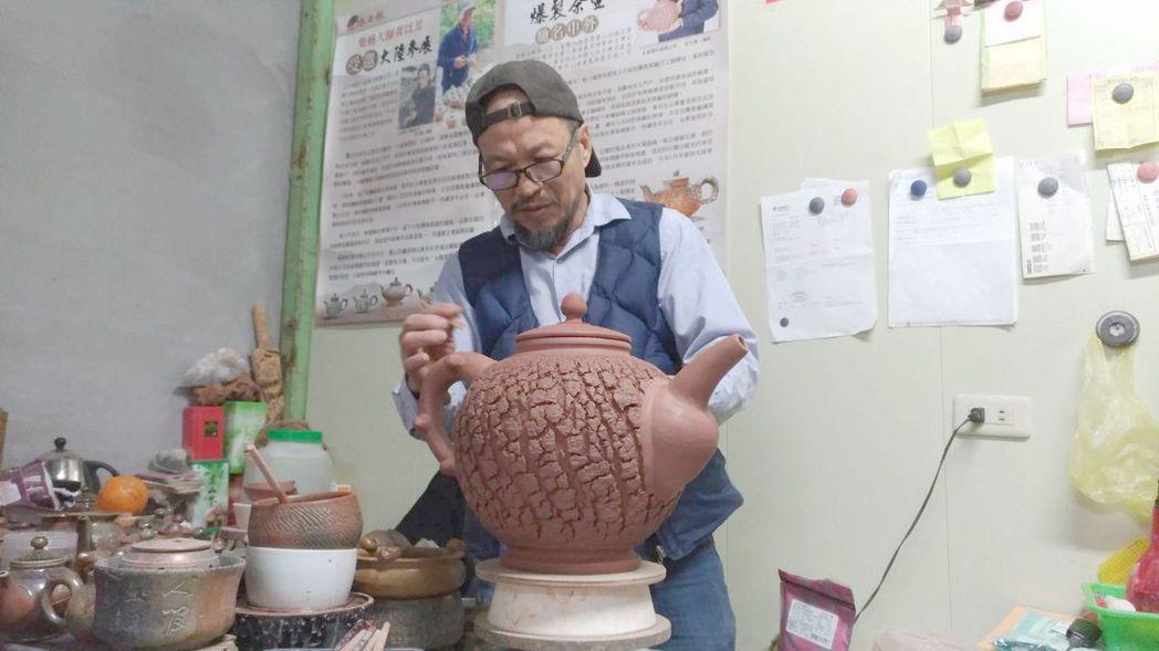柴燒茶壼大師黃以芳。 莊玉隆/攝影