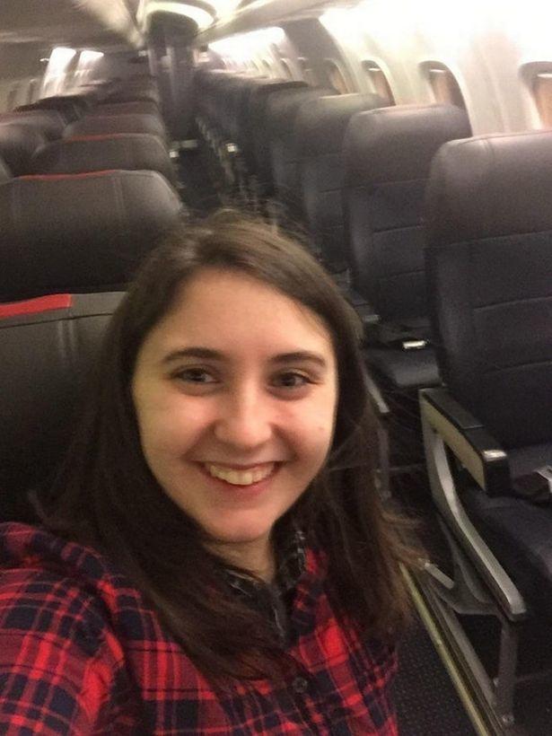 旅客貝絲搭上只有她一個乘客的班機,並和全空的座位合照留念。圖/翻攝自Mirror