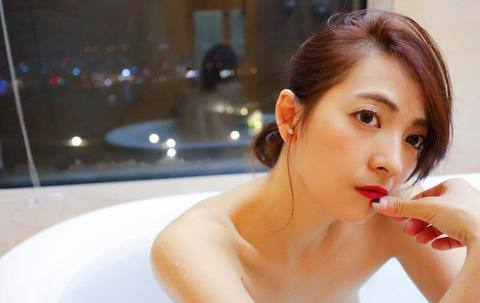 阿喜與媽媽到日本旅遊,在臉書上分享一張自拍照,從背後的玻璃中隱約可見她的美背,網友看見亮點直呼收到一個大福利。阿喜11日在臉書分享一張自拍照,只見她泡在浴缸中,露出性感的鎖骨、還有肩部線條,不過她背...