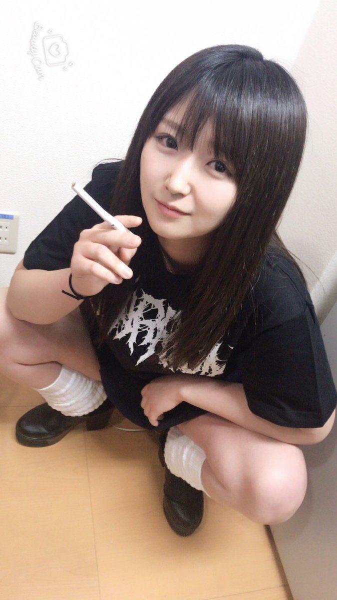 淺田結梨抽菸的樣子。 圖片來源/ twitter
