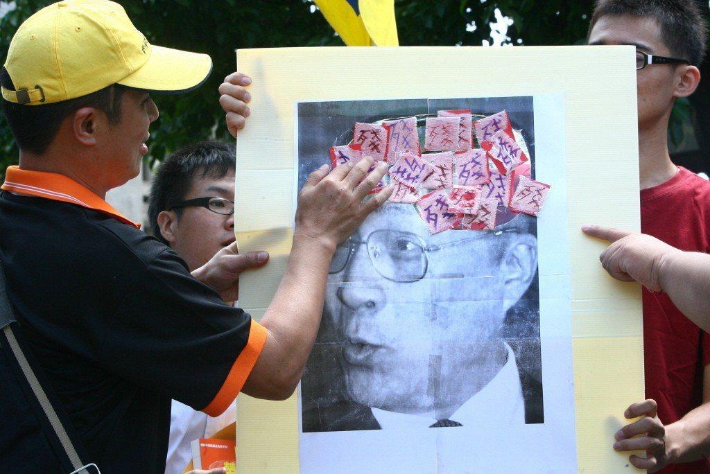 2010年,因吳揆「無薪假應得諾貝爾獎」一說,青年勞動九五聯盟到行政院前抗議,表達不滿。 圖/聯合報系資料照
