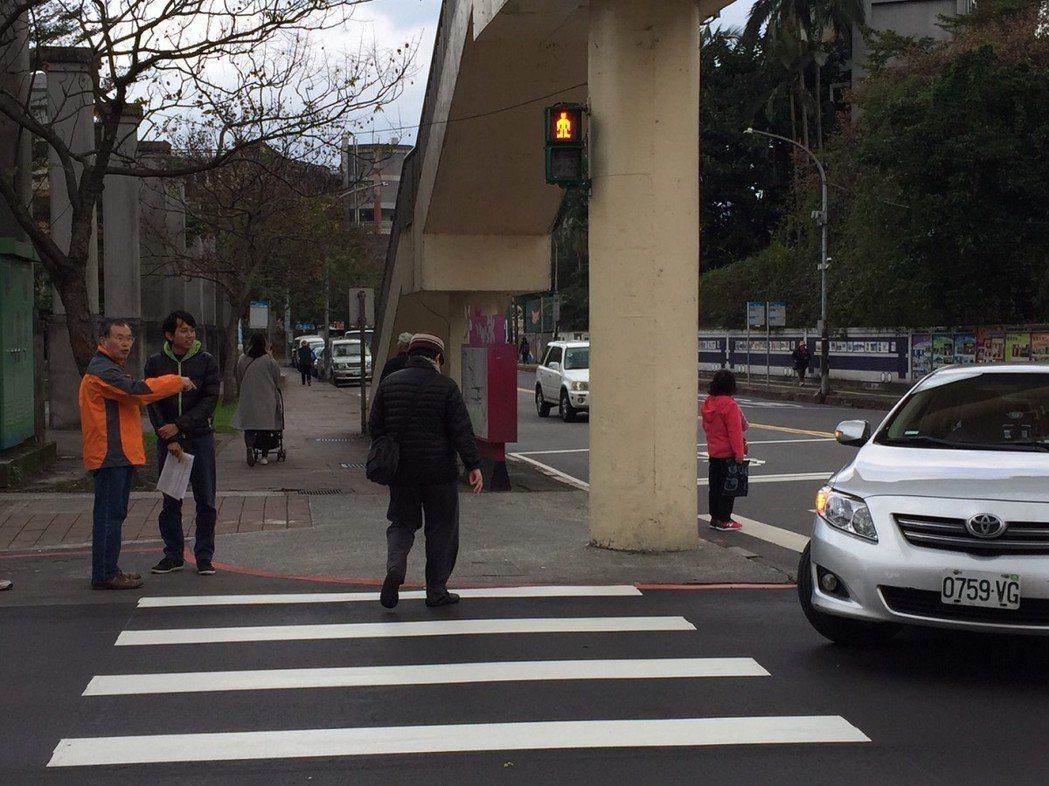 汐止秀峰天橋的大路口,右轉車太靠近行人好危險,市議員廖正良現場會勘,也決定要將斑...