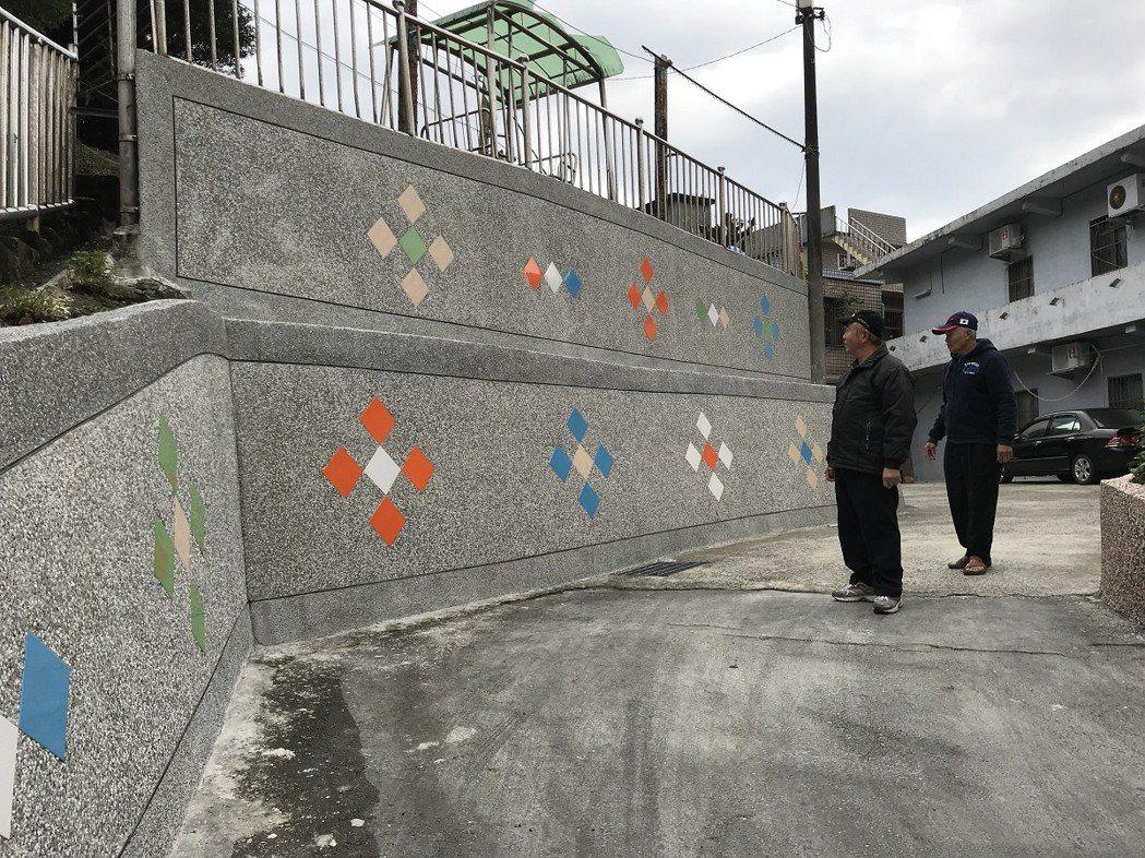 瑞芳區東和里16巷的社區擋土牆,重新洗石子加拼貼磁磚美化,讓巷弄間的景觀變更美,...