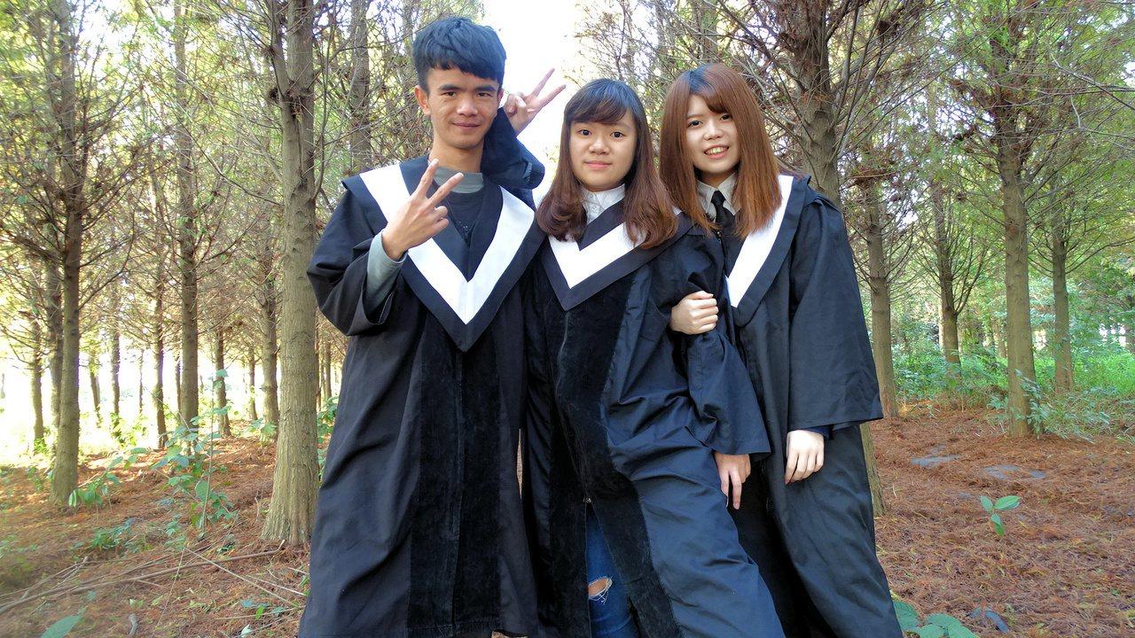 蕭瑟景致瀰漫北國風情,吸引大學生穿學畢業服來拍照。記者謝進盛/攝影