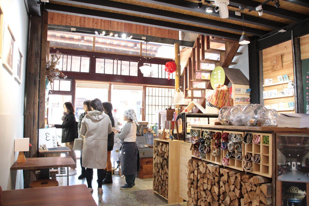 位於桃園市大溪老街「新南12」文創實驗商行,除了文創銷售空間,也設計餐廳形式,每...