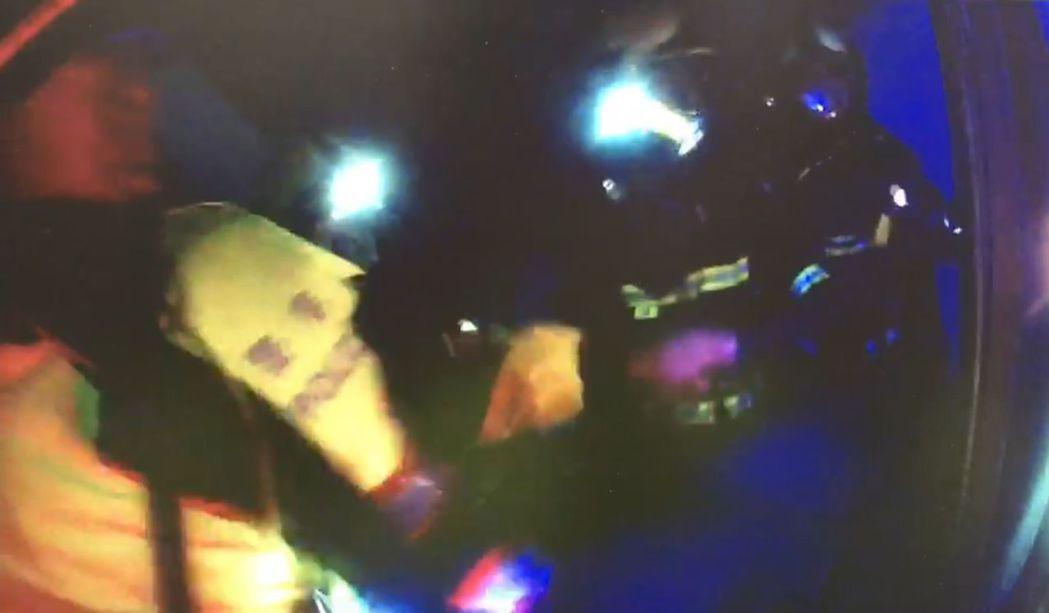 警方、消防員破門後,發現夏女抱瓦斯桶,企圖引爆,立即合力壓制,解除危機。圖/翻攝...