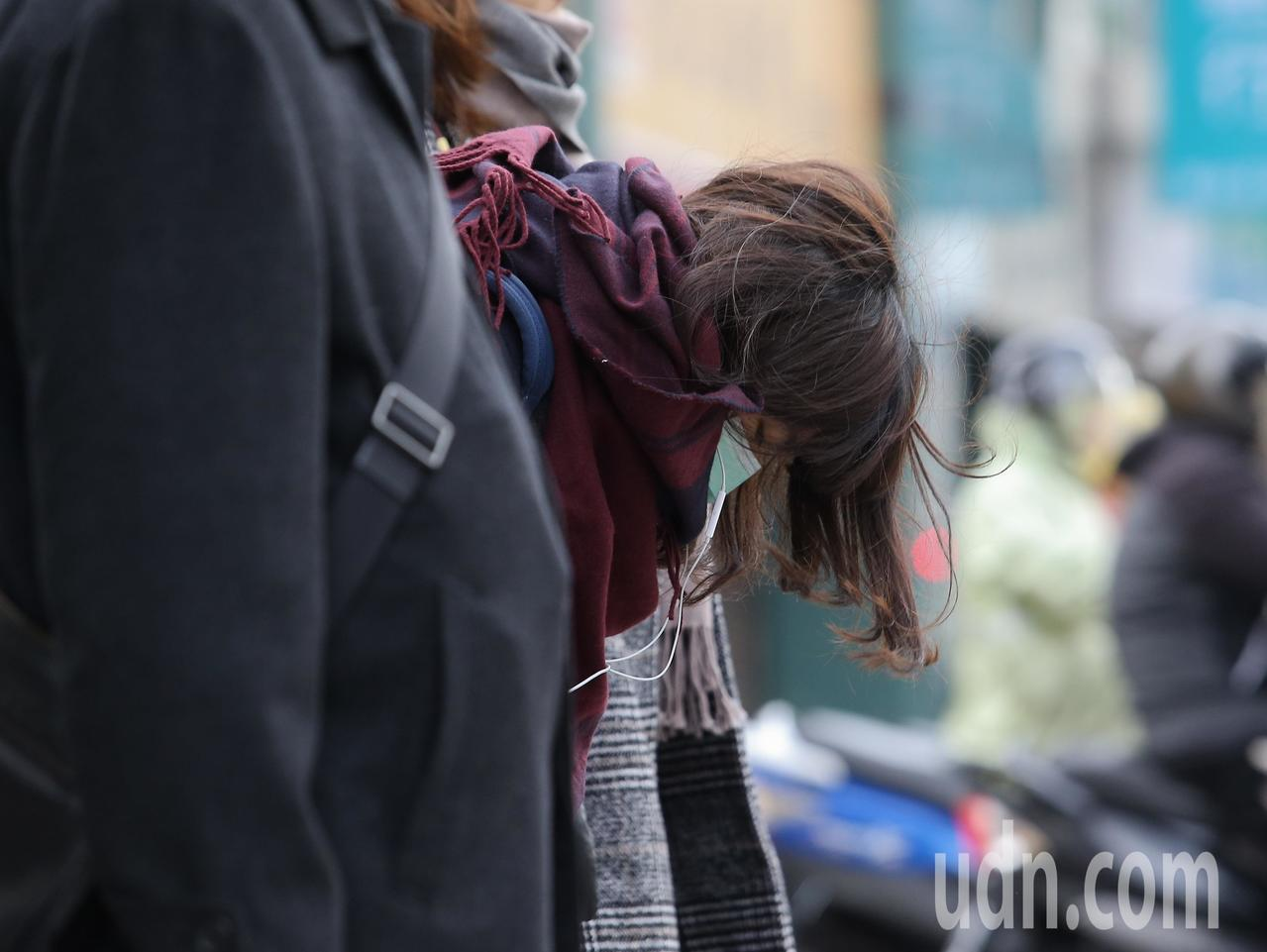 寒流持續發威,台北市許多民眾穿著厚重禦寒衣物上班,將自己包得緊緊避免受寒。記者余...