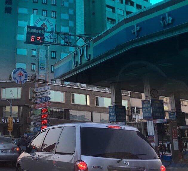 台南地區清晨有多冷,有民眾貼出照片,指在永康一處加油站戶外溫度計只有6度。圖/翻...