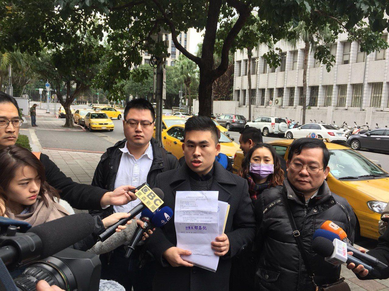 新黨發言人王炳忠等人今赴台北地檢署領取去年作證18小時的「證人旅費及日費」,再次...