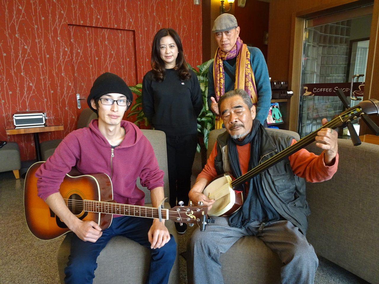 69歲的今井田歌(前右)和33歲的石村真悟結伴到屏東恆春音樂旅行,巧遇念吉成和旅...