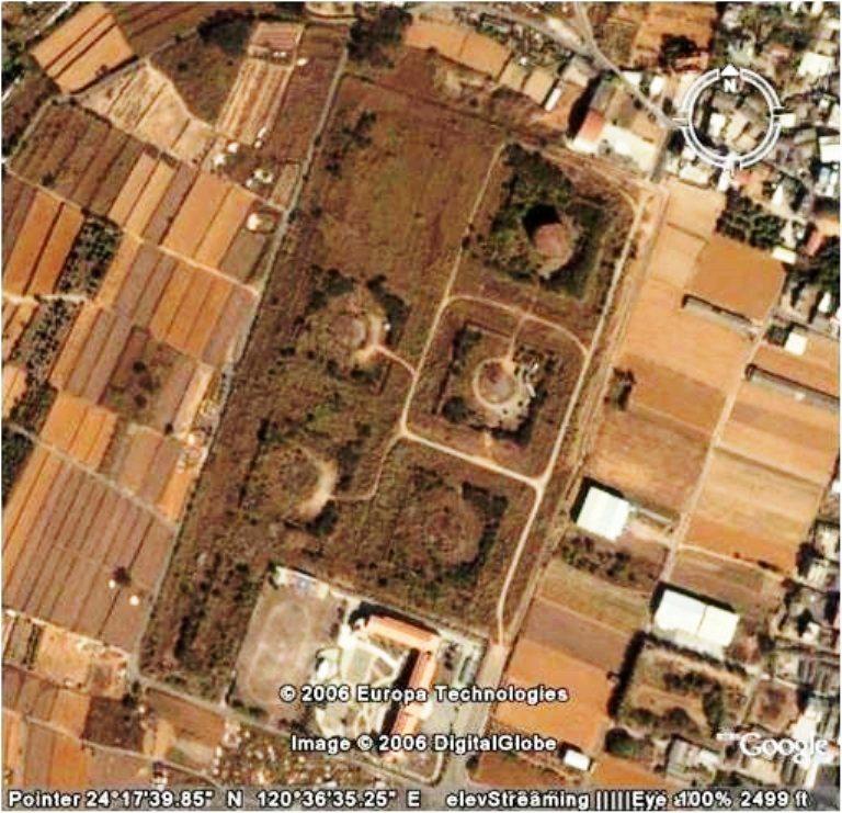 從衛星空照圖可見大楊油庫過去原有7座,右下角是現今的大楊國小,最後1座油庫位於右...