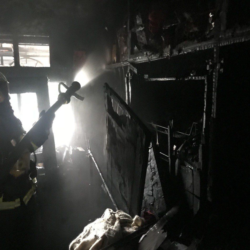 消防員迅速將火勢撲滅。記者陳雕文/翻攝