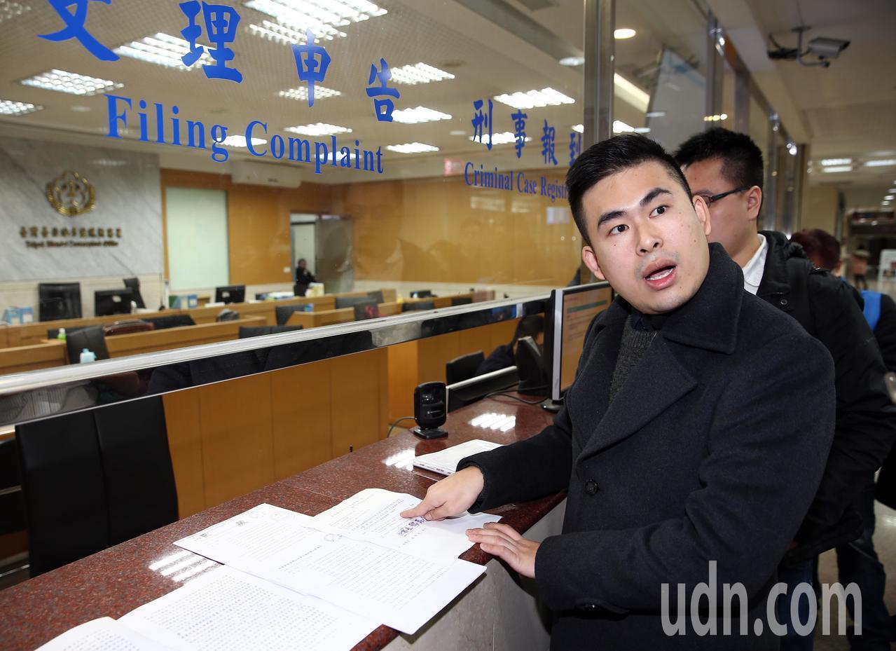 新黨發言人王炳忠上午與其他幾位在去年12月19日被調查局搜索並帶回偵訊的證人前往...