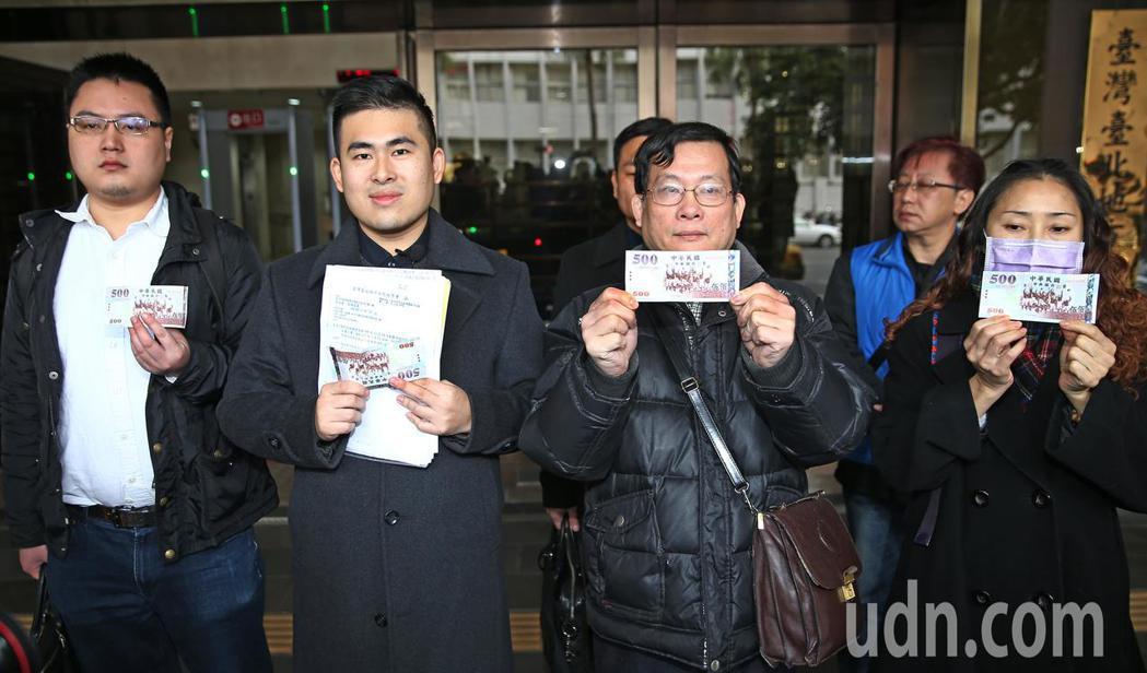 新黨發言人王炳忠(左二)上午與其他幾位在去年12月19日被調查局搜索並帶回偵訊的...