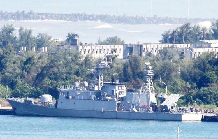 泊於左營軍港內的海軍金江艦,在雄三誤射事件中,自港內射出飛彈,誤擊遠海的漁船。聯...