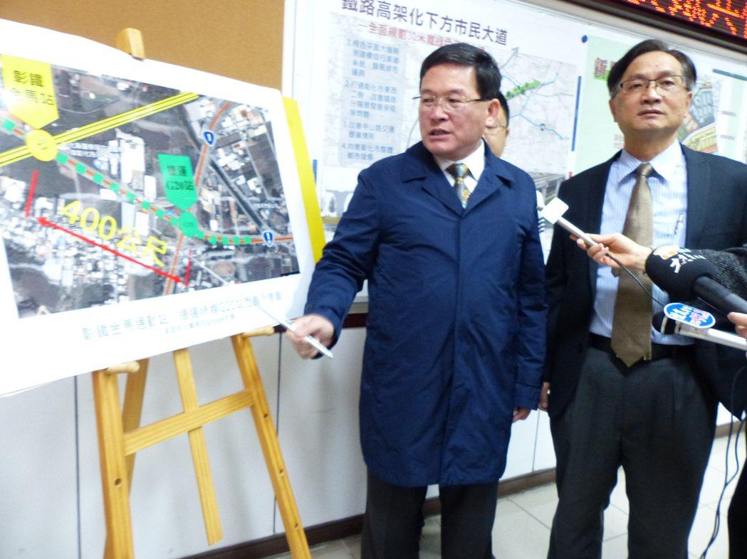 彰化市長邱建富(左)今天建議,將從台中捷運綠線原本延伸到彰化市金馬路與中山路口的...