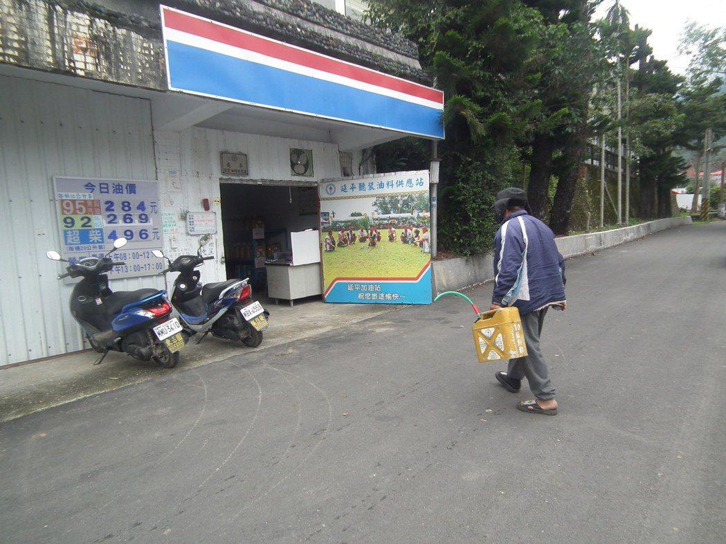 不時看到村民提著油桶去「聽裝站」買油放桶。記者尤聰光/攝影
