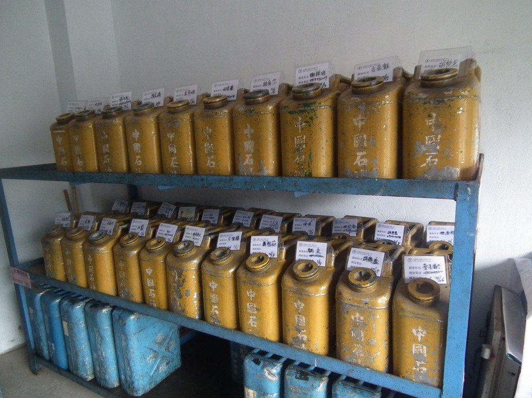 排列整齊貼上名牌的油桶,都是村民買油所寄放。記者尤聰光/攝影