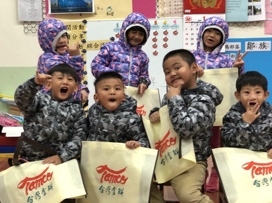 台灣金聯致贈羽絨冬衣和加菜金給阿里山區兩所小學師生。台灣金聯/提供