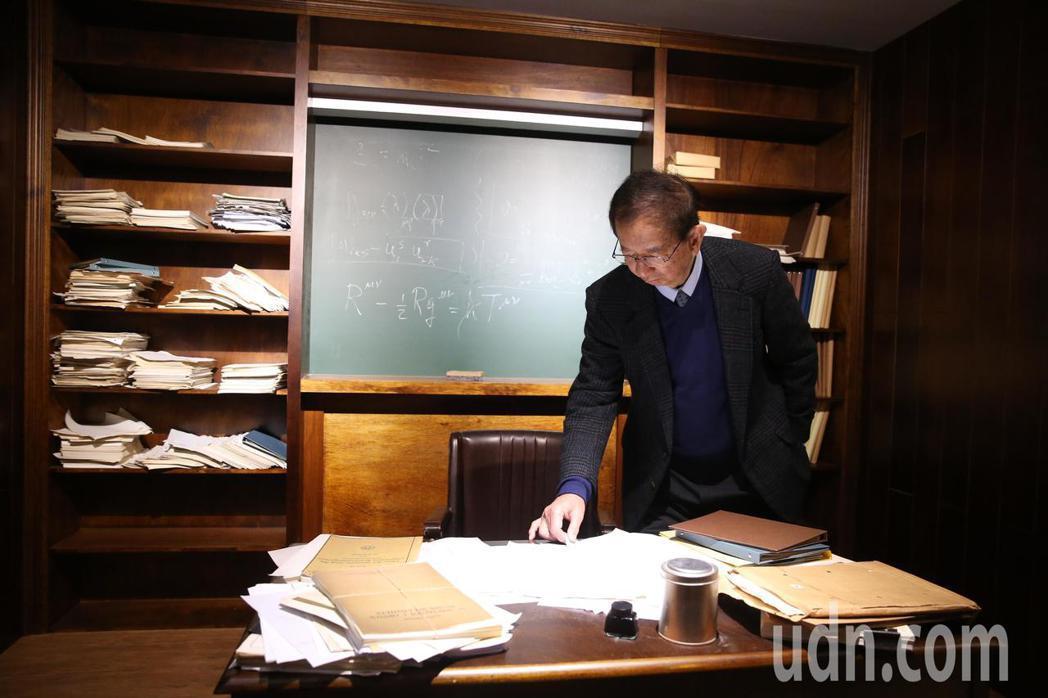 【愛因斯坦特展】上午開展,中研院前院長李遠哲到場參觀,希伯來大學前校長 Hano...