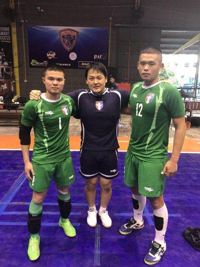 日本籍守門員教練山田馬爾克斯勇慈(中)針對守門員重點訓練。圖/中華足球協會提供