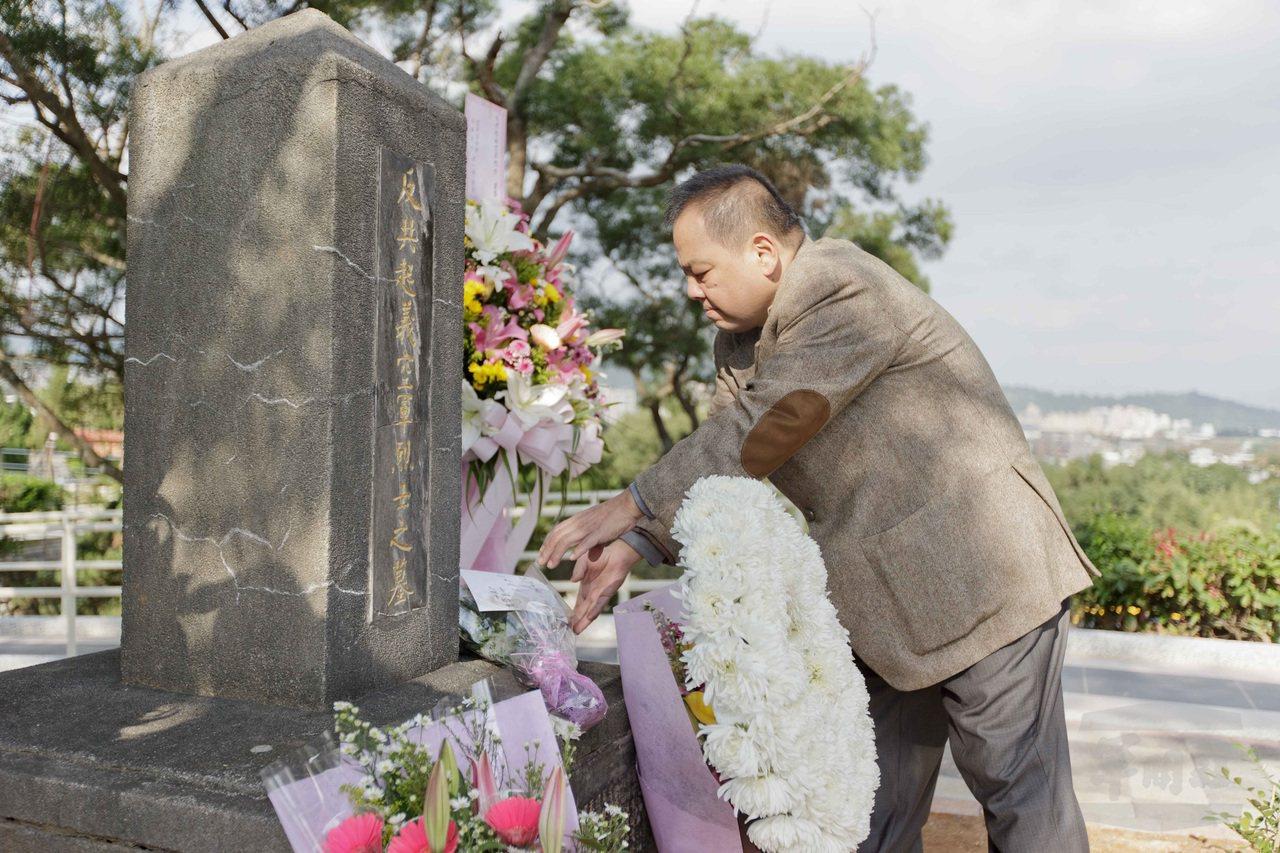 中國民國航空史研究會李昌濬12日向「反共起義空軍烈士之墓」獻花致敬。圖/軍聞社
