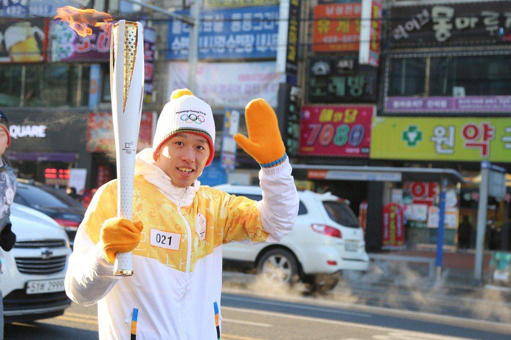 李智凱傳遞聖火。 圖/台灣三星電子提供