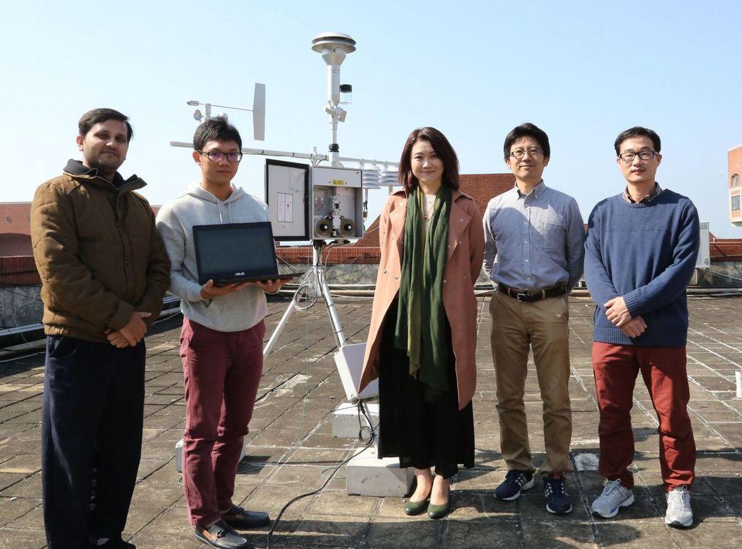 中山大學在校區設置PM2.5即時自動監測設施,研究團隊包括化學系助理教授鍾昭宇、...