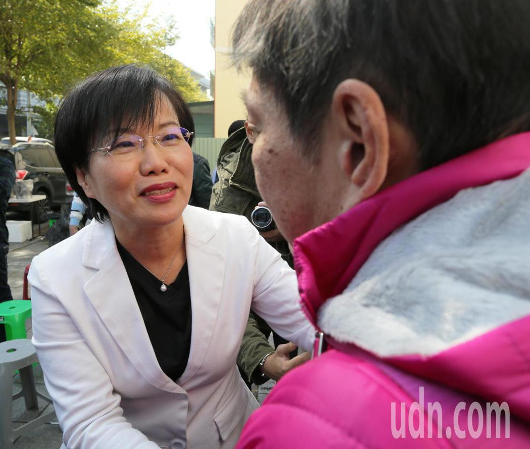 民進黨立委劉世芳(左)宣布退選,支持者加油打氣。記者劉學聖/攝影