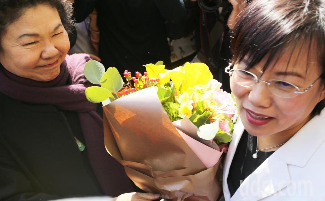 高雄市長陳菊(左)今天中午親自拜訪劉世芳委員服務處,認為自己的一舉一動變負面解讀...