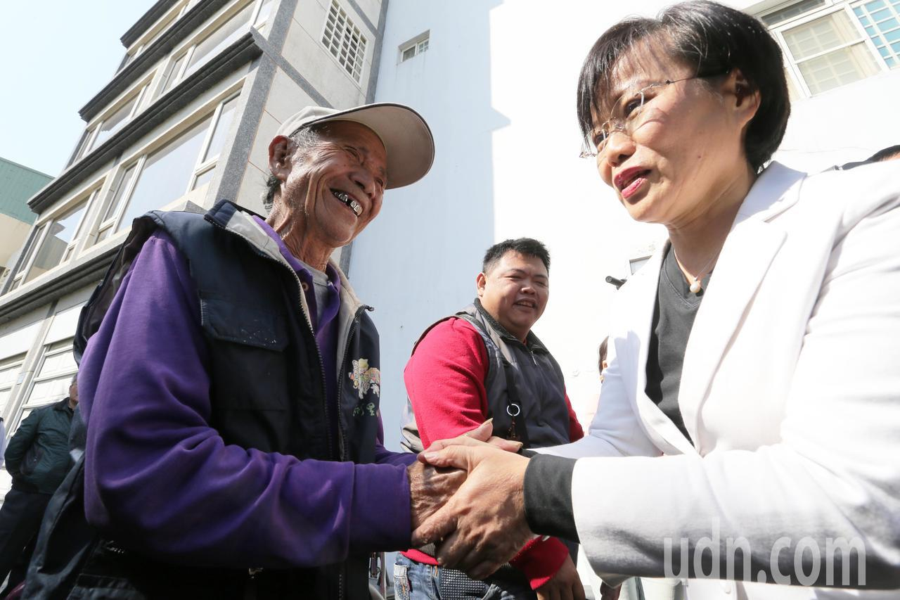 民進黨立委劉世芳(右)宣布退選,支持者加油打氣。記者劉學聖/攝影