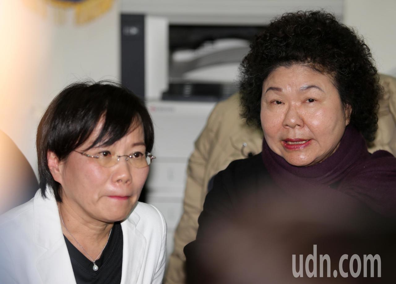 高雄市長陳菊(右)今天中午親自拜訪劉世芳委員服務處,認為自己的一舉一動變負面解讀...