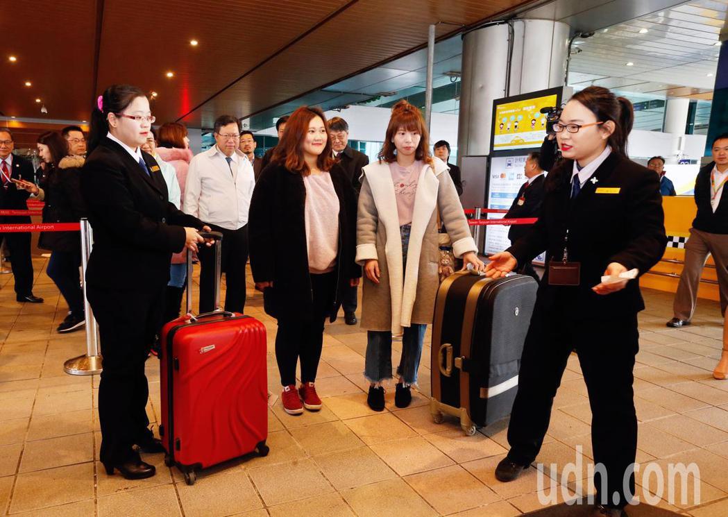 桃園機場自明天(13日)起推出計程車共乘服務,每天的凌晨0時至清晨6時,在航廈排...