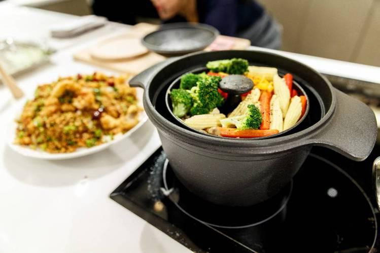 HOLA鑄釜鍋上層可以烹煮蔬食。圖/HOLA提供