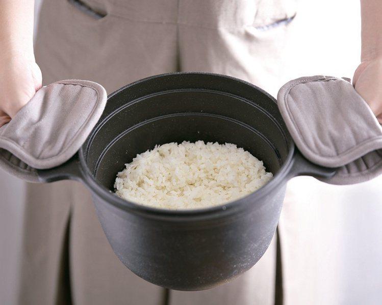 HOLA鑄釜鍋,原價4,980元。圖/HOLA提供