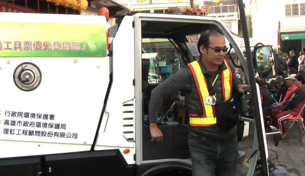 小型掃街車的前方只有一人駕駛座。記者徐如宜/攝影