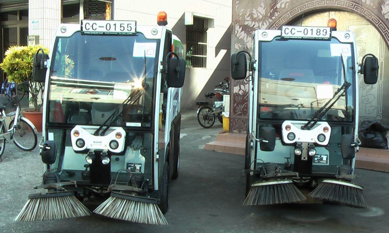 小型掃街車的車體只有一般掃街車的四分之一,操作靈活。記者徐如宜/攝影