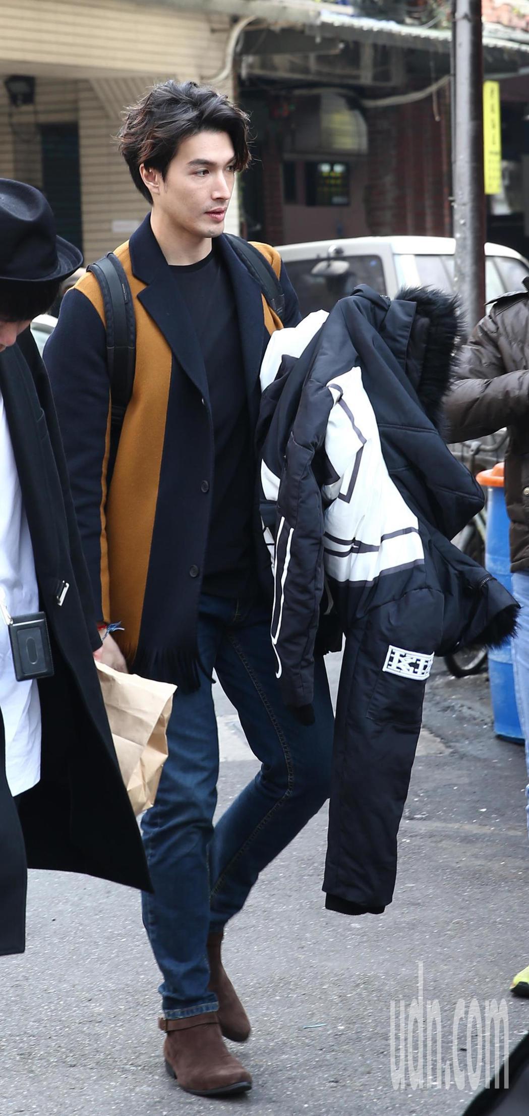 錦榮(圖)多次被傳到跟混血辣模「Akemi」香月明美約會,記者昨天巧遇錦榮與混血...
