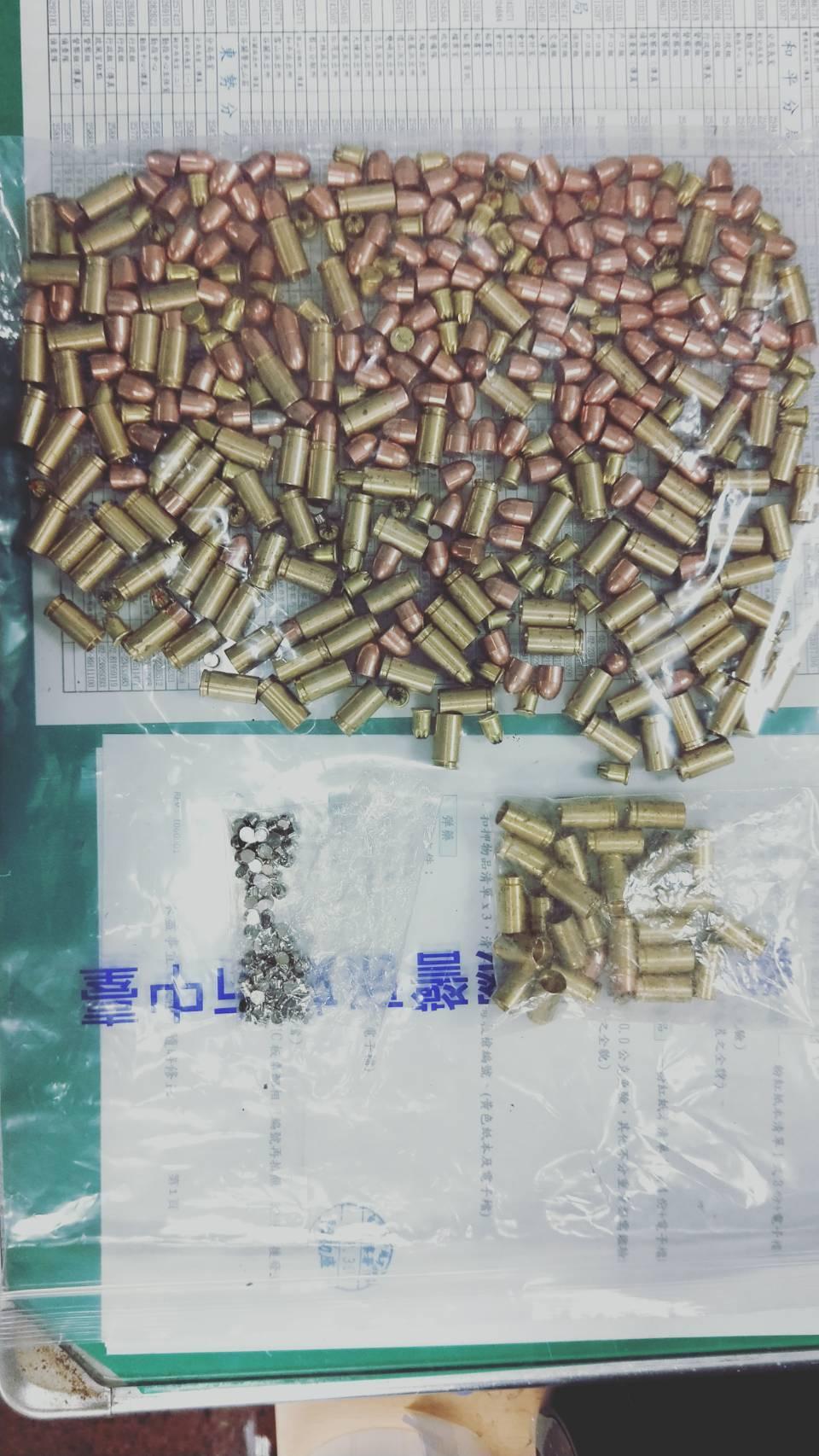 台中市外埔區邱姓男子持有大量子彈、改造手槍、毒品,昨晚在住處被警方查獲200多顆...