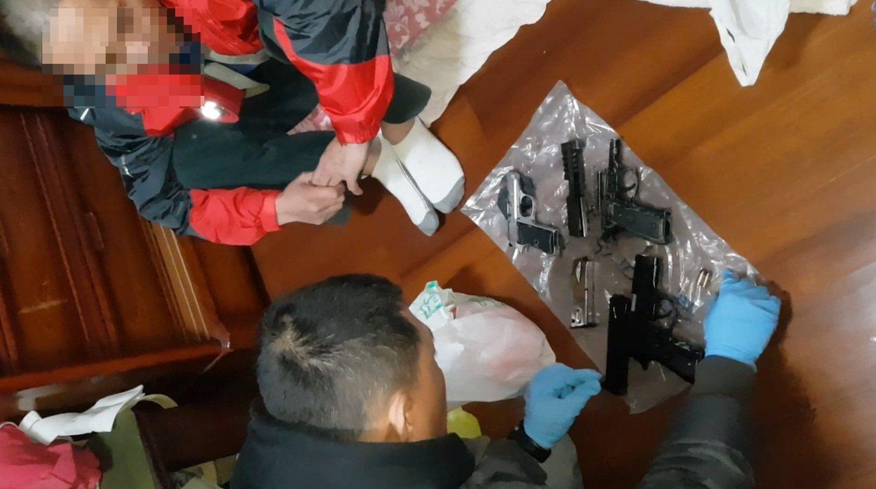 台中市外埔區邱姓男子持有大量子彈、改造手槍、毒品,昨晚在住處被警方查獲。記者陳宏...